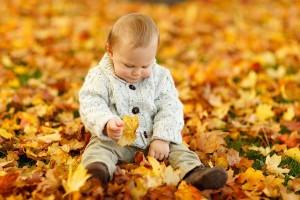 Baby im Herbstwald