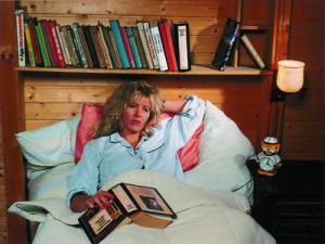 Frau liegt schlaflos im Bett
